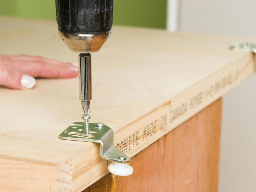 Шаг 5: закрепление скоб на верхнем торце дверного полотна