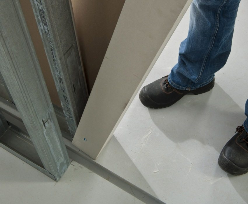 Шаг 1: обустройство каркаса для двойной стеновой перегородки