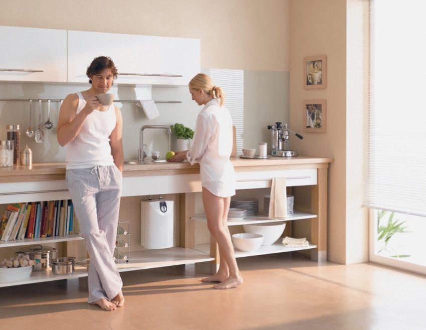 Проточный водонагреватель расположен под кухонной мойкой