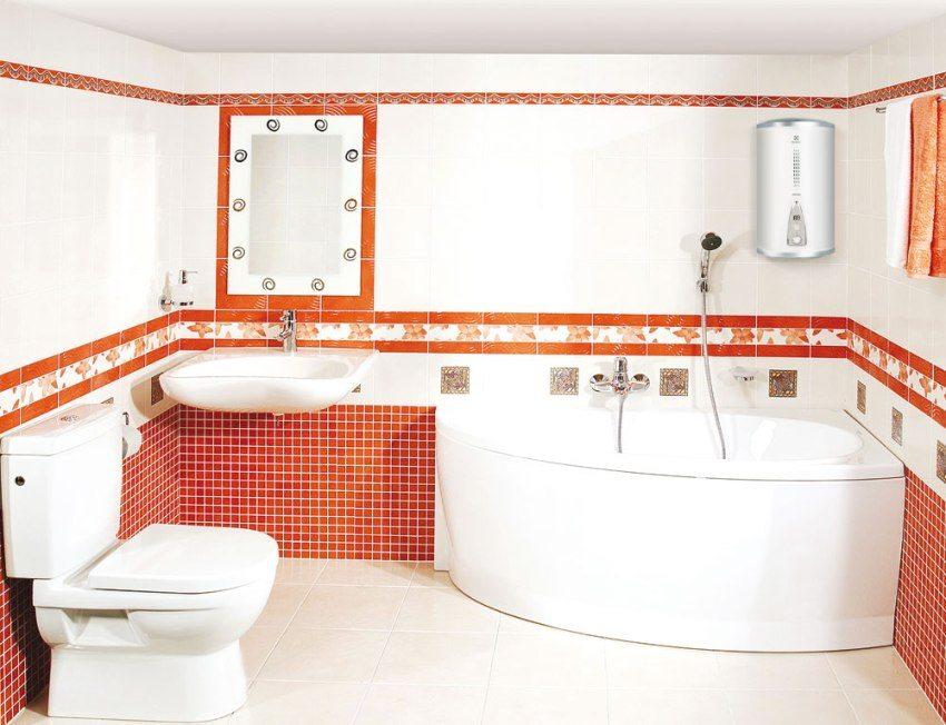 Водонагреватель расположен на стене в ванной комнате