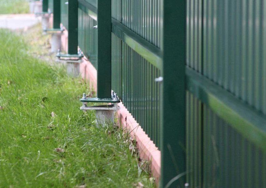 Метод фланцевого крепления столбиков из металлопрофиля позволяет легко демонтировать старый и сооружать новый забор