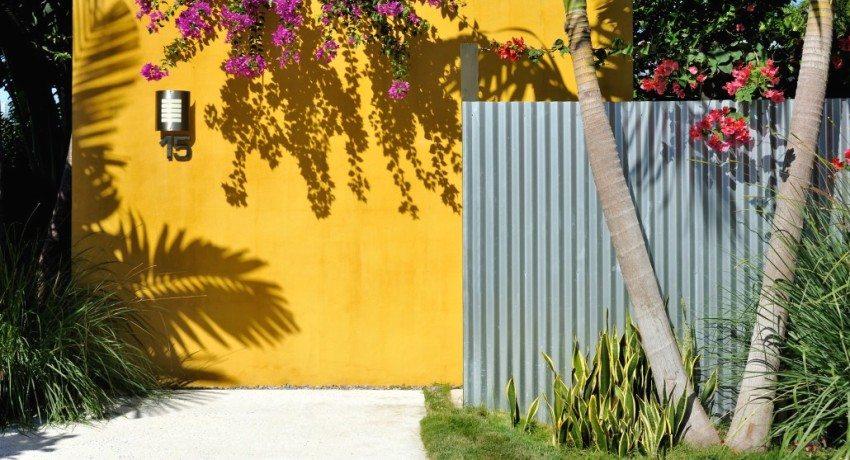 Забор из профнастила своими руками со столбиками: методика, секреты сборки