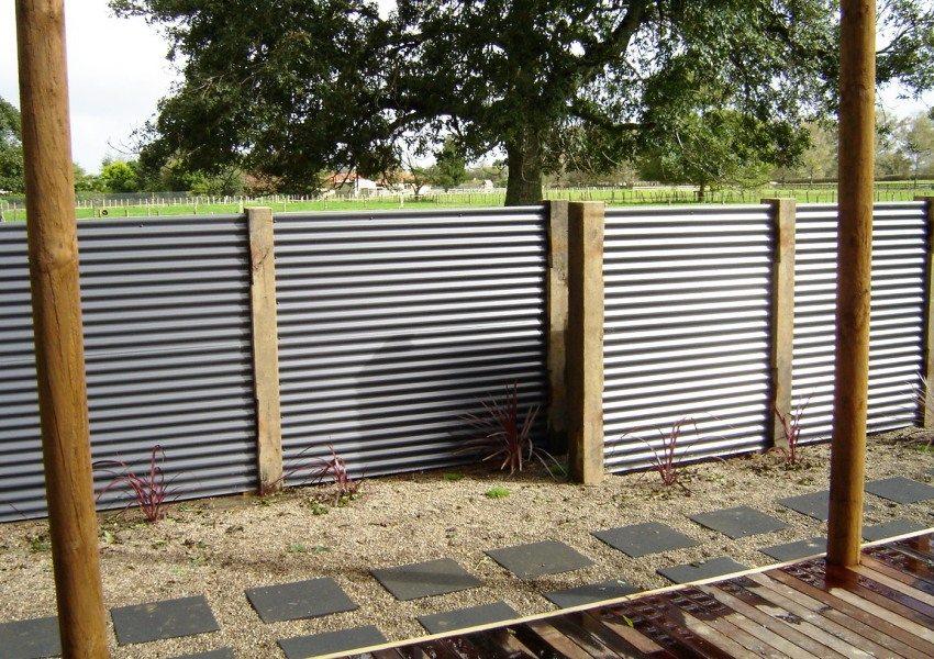 Забор из листов профнастила с бетонными столбиками