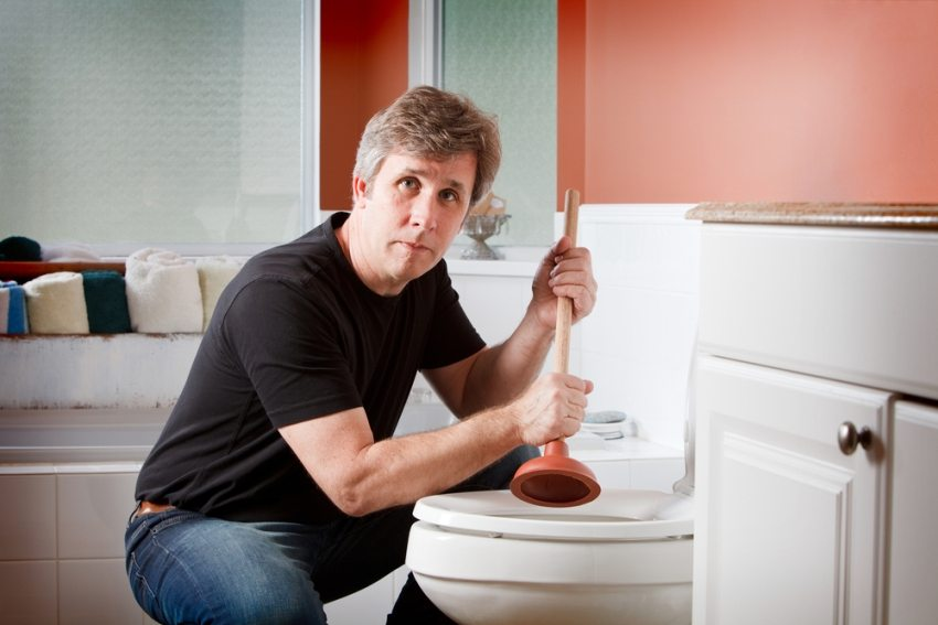 При серьезном засоре канализации не обойтись без вызова специалиста