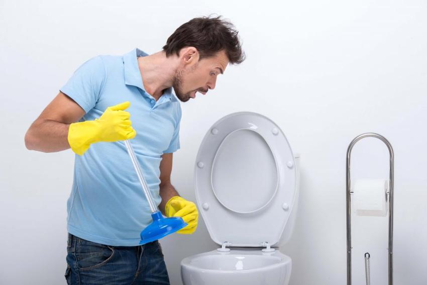 О засорении может свидетельствовать медленный слив воды и неприятный запах из сливного отверстия