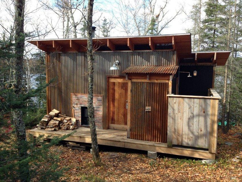 Временный дачный домик с открытым душем для использования в летнее время