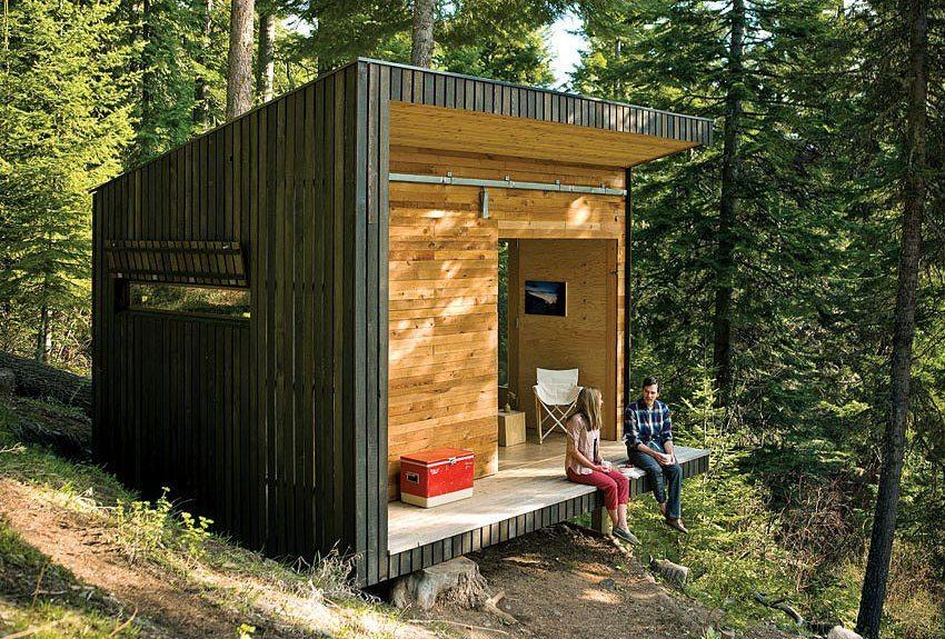 Маленький дачный домик обшит древесиной разных пород