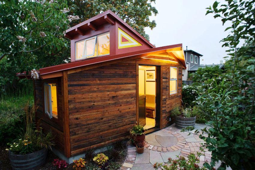 Дачный домик из дерева с металлической крышей