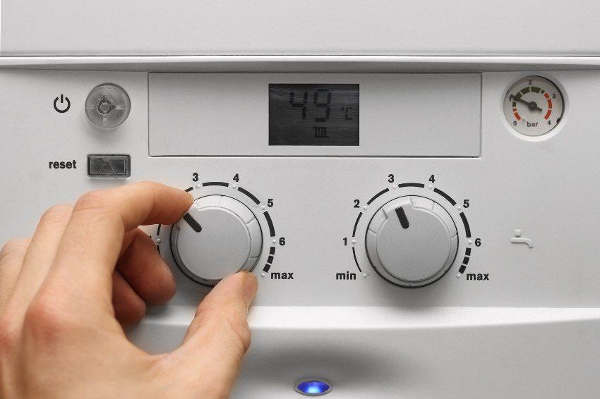 Панель управления газового котла с механическими регуляторами и электронным табло