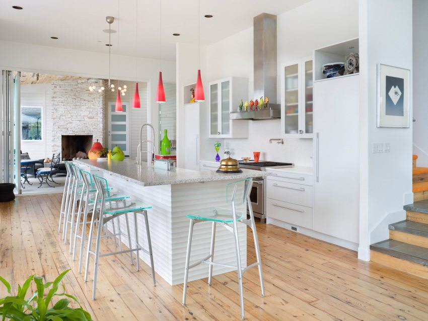 Пол и стены кухни-гостиной облицованы различными отделочными материалами