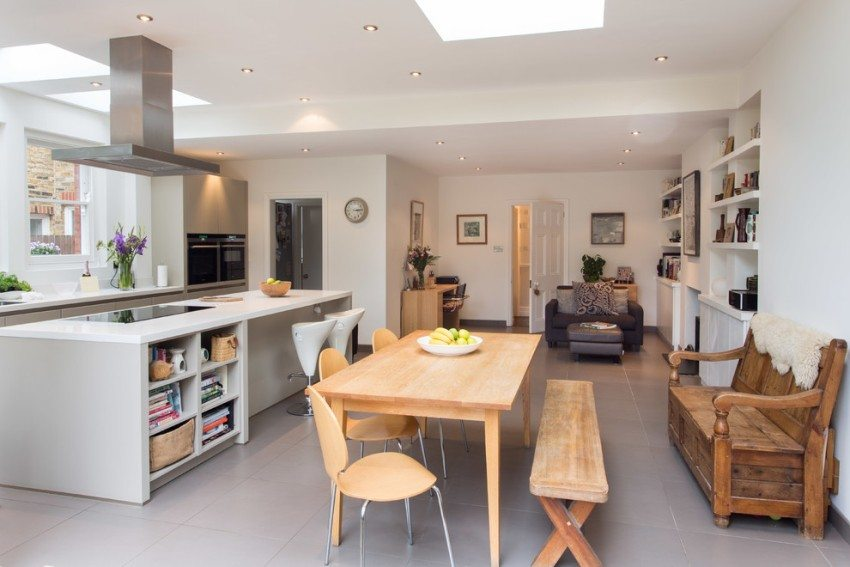 Разноуровневые потолки над гостиной и кухней-столовой