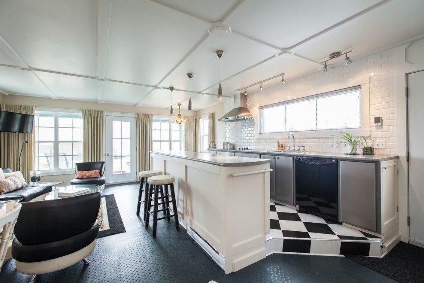 Кухня расположена на невысоком подиуме