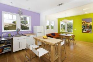Для отделки стен кухни и гостиной использованы различные цвета краски