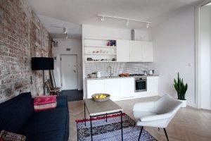 Контрастное оформление гостиной и кухонной зоны с помощью обоев