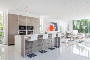 Для оформления интерьера кухни-гостиной использована глянцевая напольная плитка