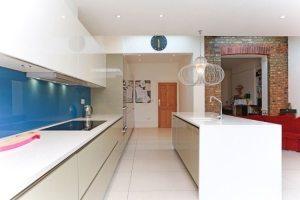 Интерьер кухни-гостиной выполнен в современном стиле