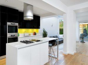 Частично демонтированные стены служат визуальной границей между кухней и гостиной
