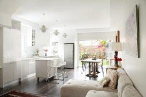 Уютная кухня-гостиная с выходом на задний двор
