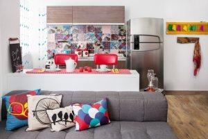 Компактная кухня визуально отделена от остального пространства барной стойкой и холодильником