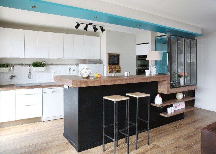 Бирюзовая полоса на потолке визуально отделяет кухонную зону от гостиной