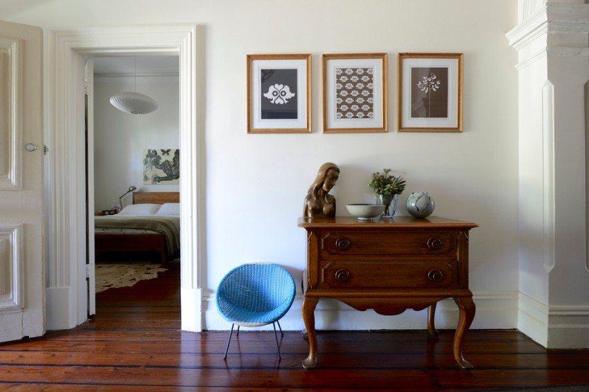 Прихожая в квартире оформлена с использованием светлых отделочных материалов