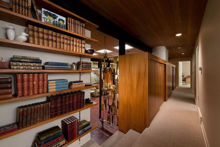Книжные полки и шкаф-купе отделяют коридор от гостиной