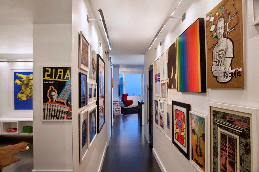 В узком и вытянутом коридоре можно организовать мини-галерею из картин и семейных фото