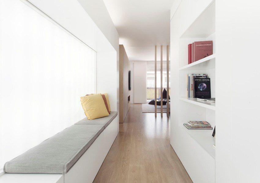 Вдоль стен вытянутого коридора можно обустроить ниши с полками и небольшим сидением