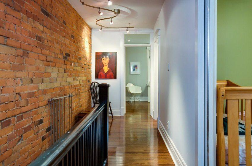 В коридоре с низким потолком можно использовать компактную люстру на несколько лампочек