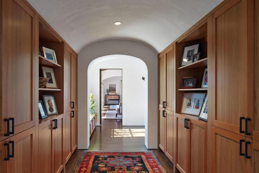 Вместительные деревянные шкафы в прихожей
