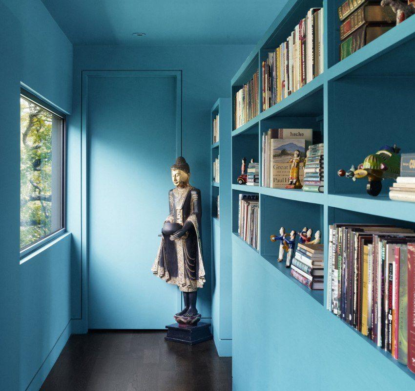 Стены и потолок коридора окрашены в яркий голубой цвет