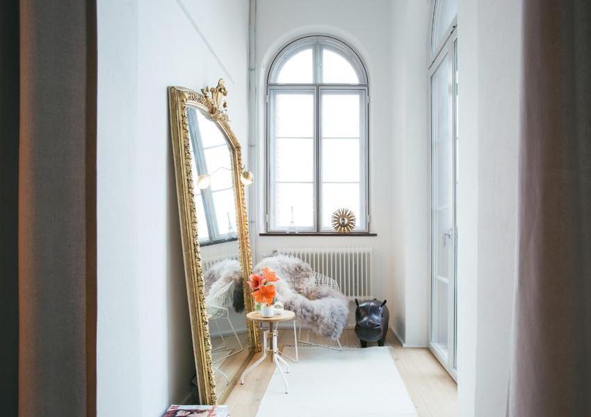 Большое зеркало поможет визуально увеличить помещение