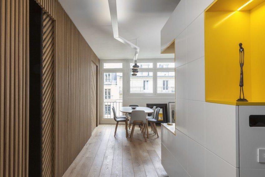 Белый шкаф с яркими желтыми вкраплениями в коридоре