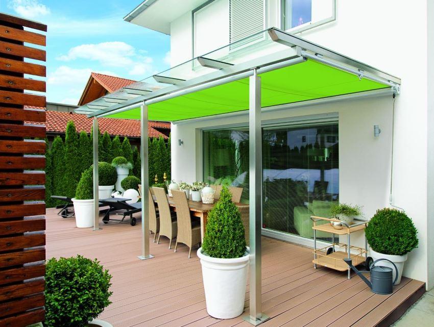 Стильное сочетание прозрачного и ярко-салатового поликарбоната в конструкции навеса
