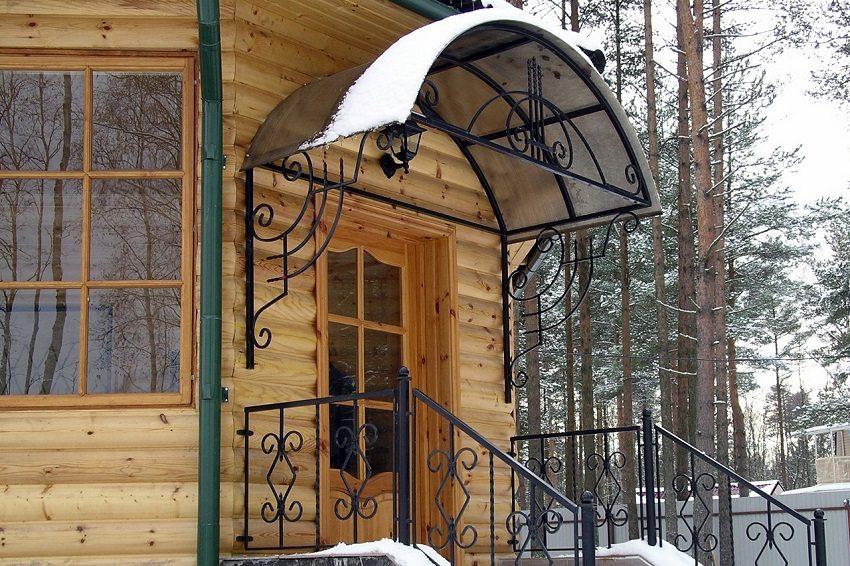 Козырек над крыльцом защитит вход в дом от дождя и снега