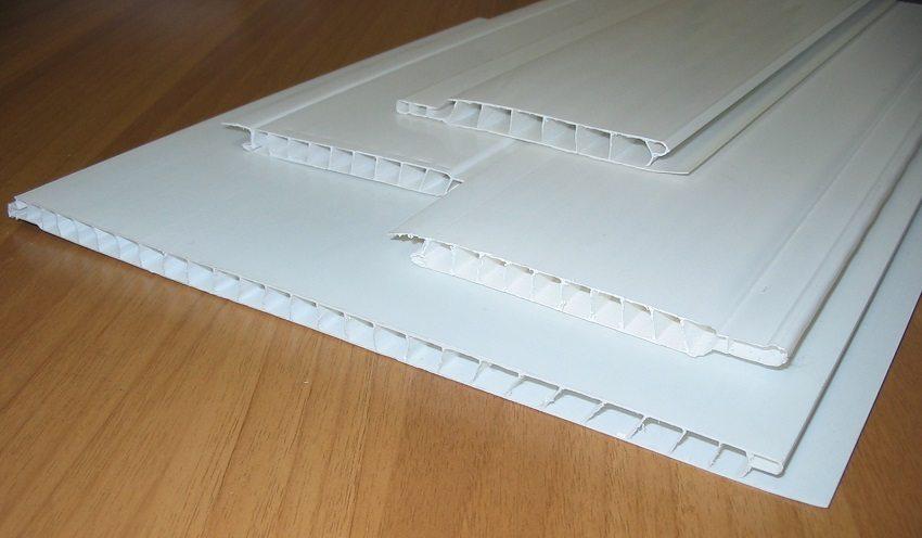 Пластиковые панели для потолка представляют собой полую планку из ПВХ, усиленную внутренними ребрами жёсткости