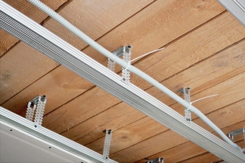 В каркасе подвесного потолка из ПВХ панелей удобно спрятать разводку коммуникаций