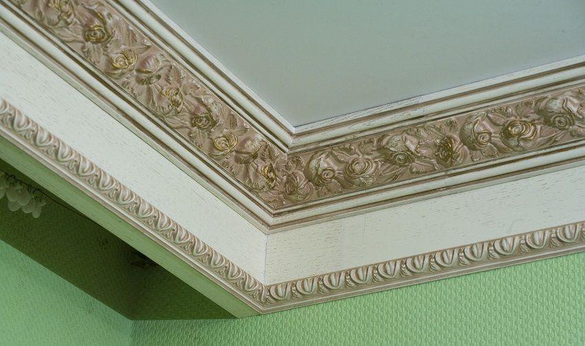 За широким плинтусом для потолка можно спрятать карниз для штор