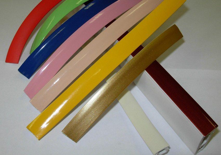 Маскировочную ленту можно подобрать под цвет поверхности натяжного потолка