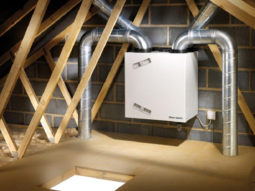 Оборудование принудительной вентиляции лучше разместить на чердаке или в подвале, чтобы изолировать источник шума