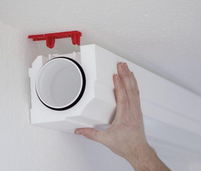 Пластиковые воздуховоды для кухонной вытяжки крепятся к потолку на специальные кронштейны