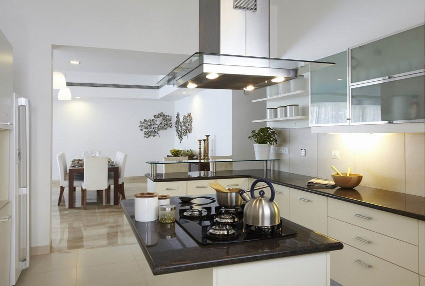 Вытяжка над плитой обеспечит отвод использованного воздуха, пара и запахов, но не способна обеспечить качественный воздухообмен на кухне