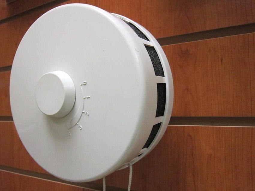Клапан для притока свежего воздуха привлекает небольшими габаритными размерами, низкой ценой, простотой монтажа