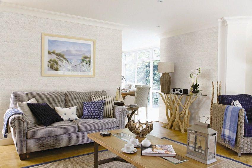 Светлые пробковые обои в оформлении гостиной зрительно увеличивают пространство комнаты