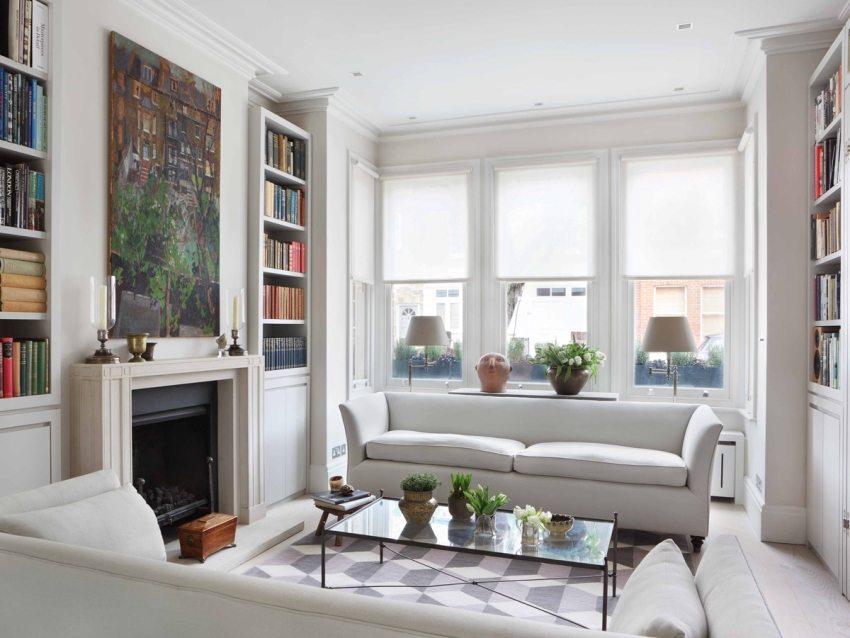 Белые рулонные ролеты на окнах в гостиной