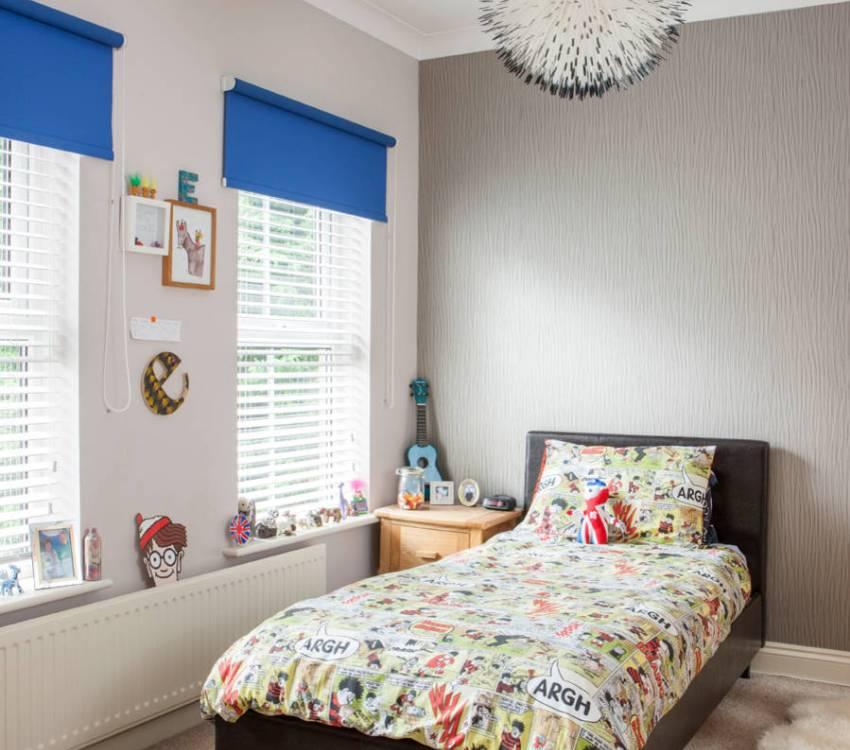 Тканевые рулонные шторы ярко-синего цвета в детской