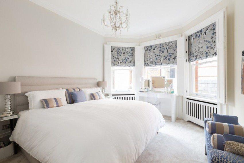 Рулонные шторы кассетного типа на окнах в спальне
