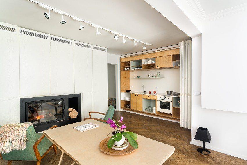 Пластиковая складная перегородка отделяет встроенную кухню от гостиной