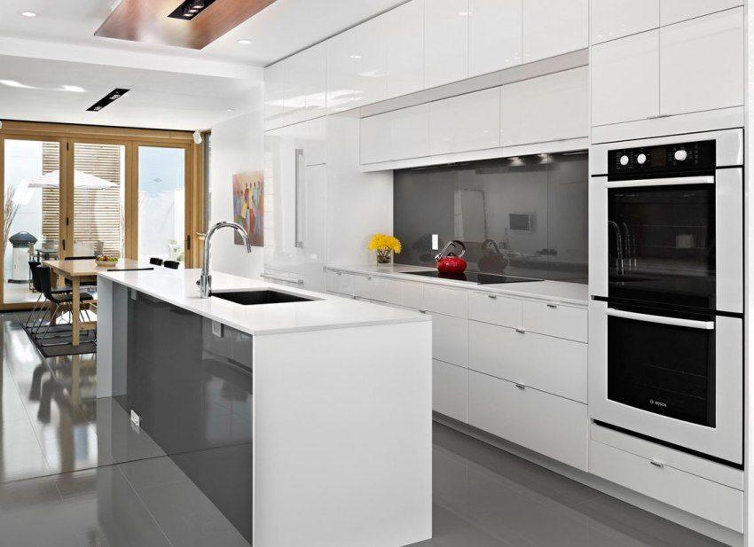 Стеклянная дверь-книжка между кухней-столовой и террасой