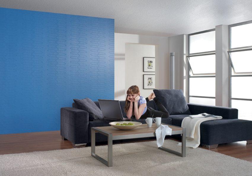Одна из стен гостиной оклеена стеклообоями и окрашена в синий цвет